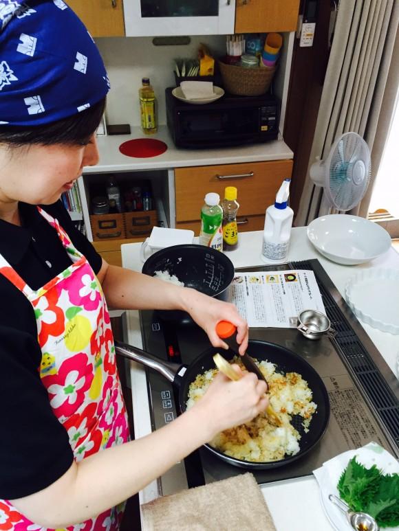 梅しそチャーハンを炒めております