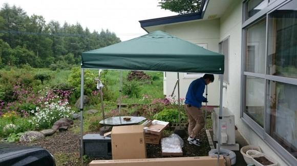小雨の中テントを張ってエアコン工事を