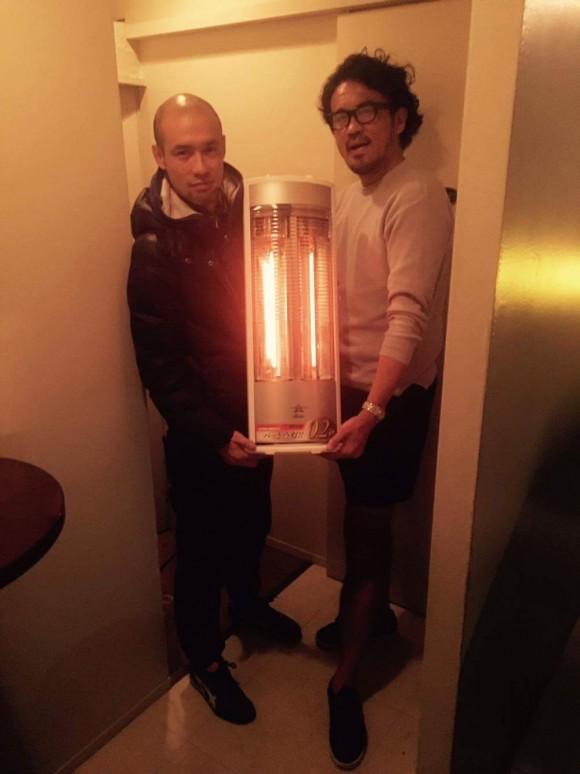 ヒーターを置かせていただいたkisobarのオーナー木曽さんと短パン社長