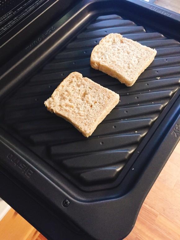 今日はライ麦パンで