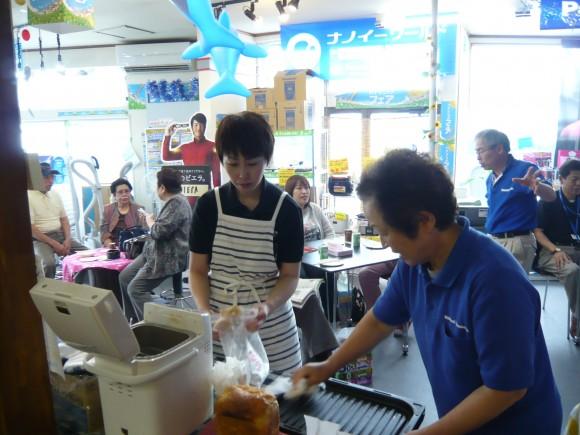 店に入りたての頃。イベントにて信子さんと。